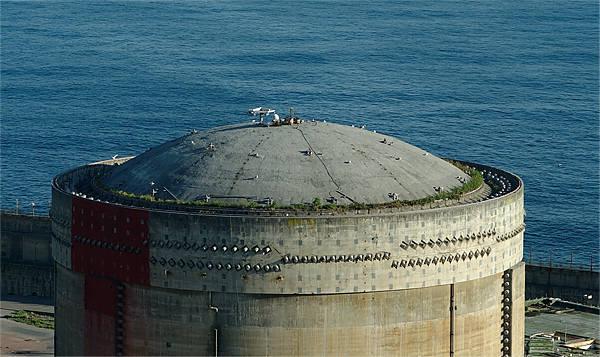 Kernkraftwerk Lemoniz ~ jetzt wächst da Gras drauf . . .