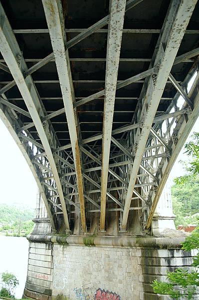 Cahors ~ Eisenbahnbrücke über den Lot ~ Detail der Verstrebungen