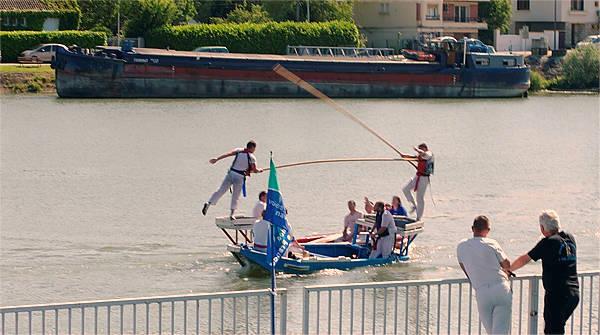 Turnier mit Booten anstatt Pferden ~ einer landet gleich im Wasser ;-}