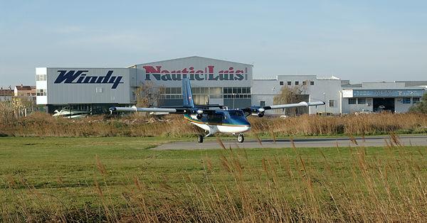 Skylifter ~ im Hintergrund nicht der einzige Händler mit Büschelweise Motorjachten  der 12m-Klasse im Schaufenster