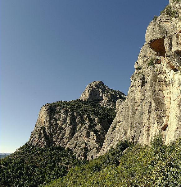Montserrat ~ immer an der Vegetationskante lang . . .
