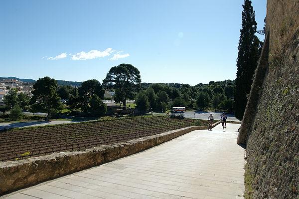andere Richtung ~ vom Castello herunter, Suchbild mit Bus