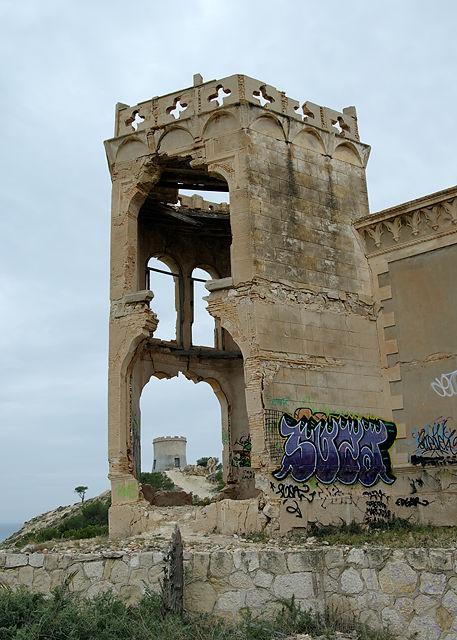 . . . und Überreste eines zweiten Turms . . .