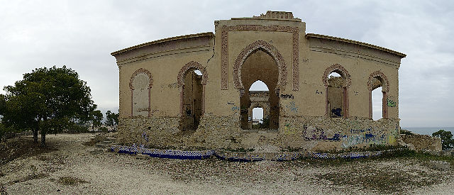 . . . und eine Ruine mit maurischen Spitzbögen . . .