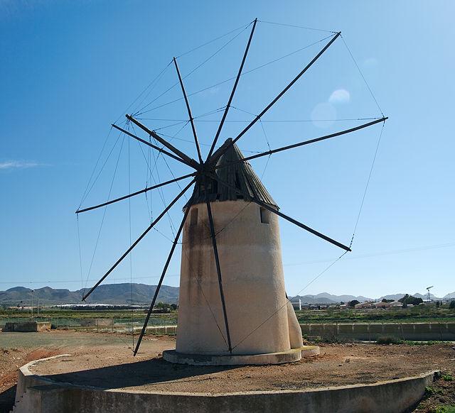 Windmühle mit vollständigem Rigg, nur die Segel fehlen . . .