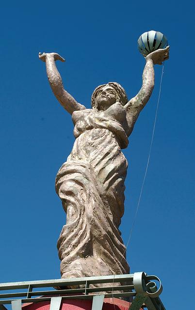 Die Damen strecken die Arme in die Luft . . .