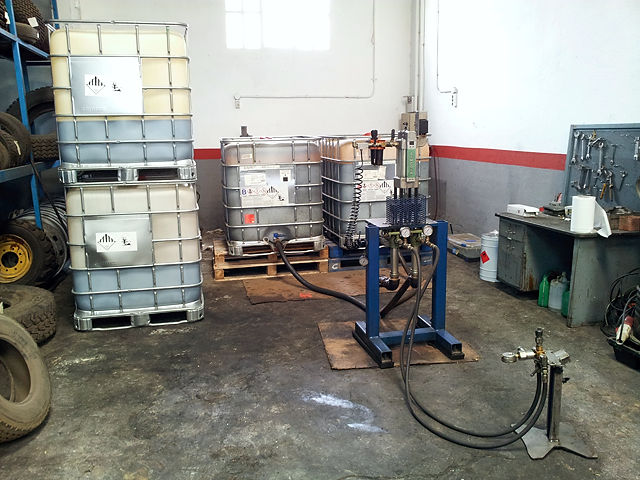 Füllstation ~ in den Palettentanks die Komponenten für den Gummischaum
