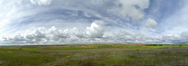 Panorama mit Grundfarben ~ rote Erde, grünes Getreide, blauer Himmel . . .