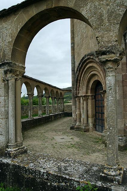 Santa Maria de Eunate ~ Arkadengang