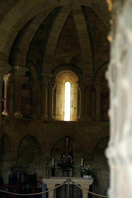 Santa Maria de Eunate ~ Blick zum Altar ~ Licht durch Alabasterfenster