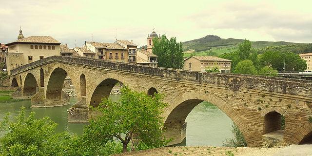 Puente la Reina ~ die alte Brücke über den Rio Arga