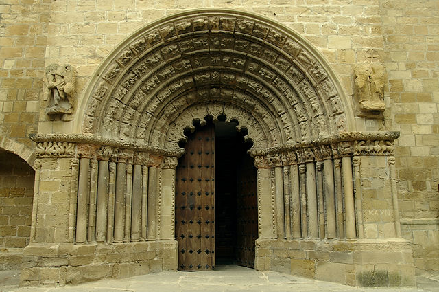Romanisches Portal der Iglesia del Crucifijo