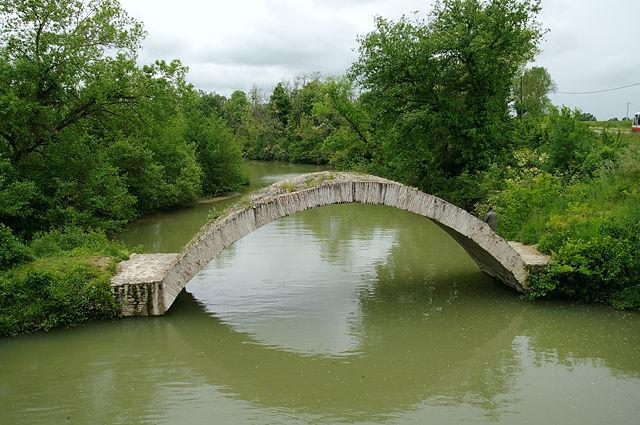 minimalistischer Brückenbogen an einem Zufluß der Garonne . . .