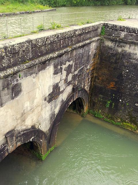 Manchmal führt der Canal du Midi sogar über eine Brücke über einen Fluß