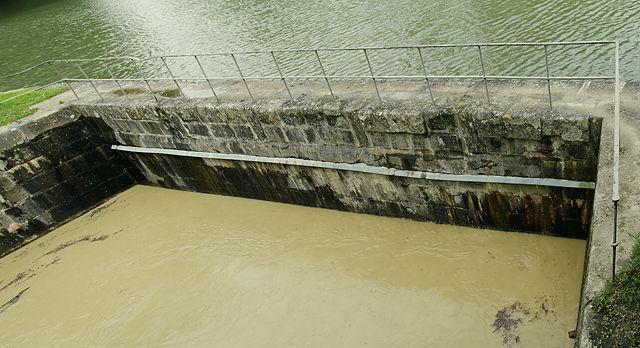 Man sieht es kaum ~ dieses Mäuerchen ist der Rest einer Brücke, die den Canal du Midi über ein Flüßchen führt!
