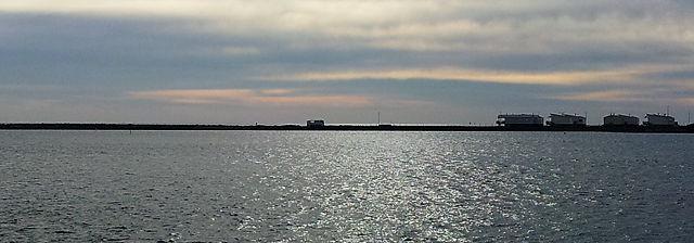 Der alte Herr (in der Mitte) zwischen Bucht (vorn) und Meer (hinten). Rechts Chalets von Gruissan Plage