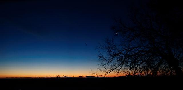 Morgendlicher Farbverlauf mit Mond, winzig klein ;)