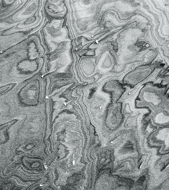 . . . die Farbe entzogen ~ Muster im Sand . . .