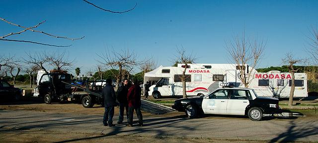 Ein Filmteam ~ Tross mit amerikanischem Polizeiwagen . . .