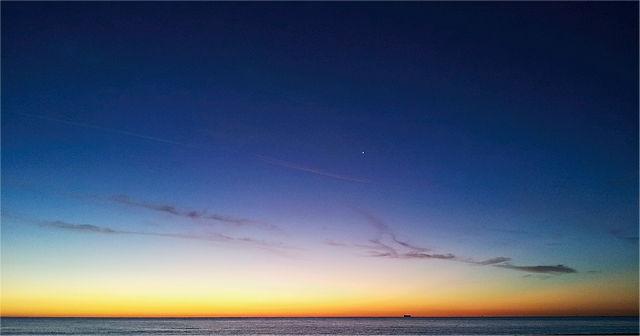 . . . eindrucksvoller Morgenhimmel mit Handy . . .