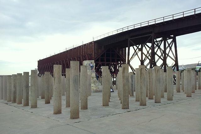Die Todesstiege inmitten der 142 Säulen