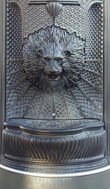 nicht alt ~ Hightech Litfaßsäule mit Wasserspender in Löwenkopfform