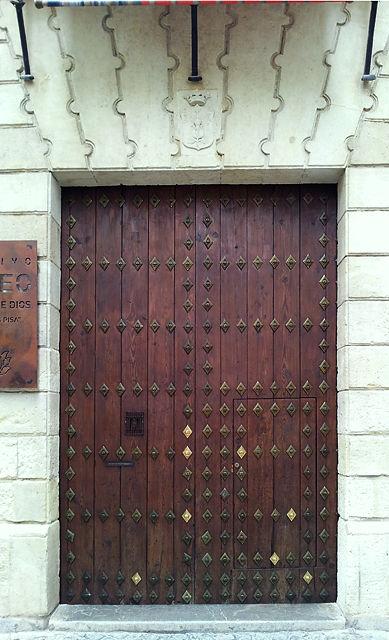 ganz sicher alte Tür ~ kunstvoll beschlagen und restauriert
