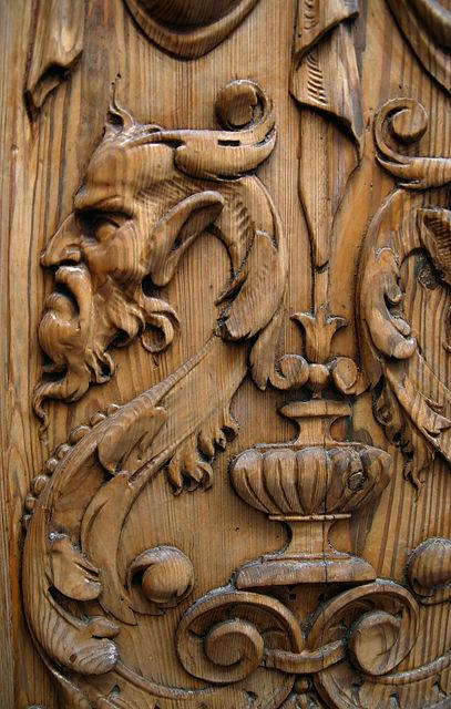 eher alt ~ kunstvolle Schnitzerei an einer Tür