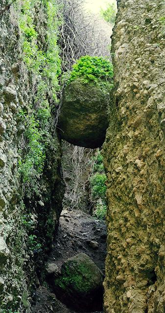 kein Pfad ~ ein Felsspalt, in den ein dicker Felsen gefallen ist