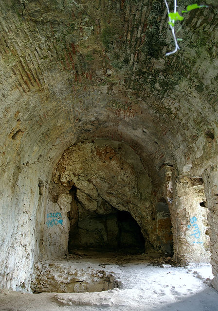 . . . links um die Ecke eine Höhle ~ auch in dem Loch rauscht das Wasser . . .