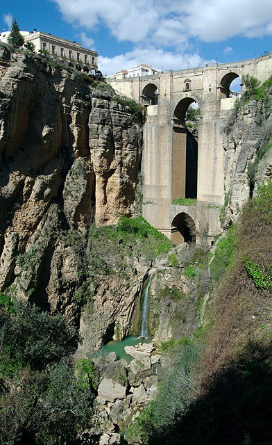 Puente Nuevo von unten ~ oder aus halber Höhe? Mit Wasserfall . . .