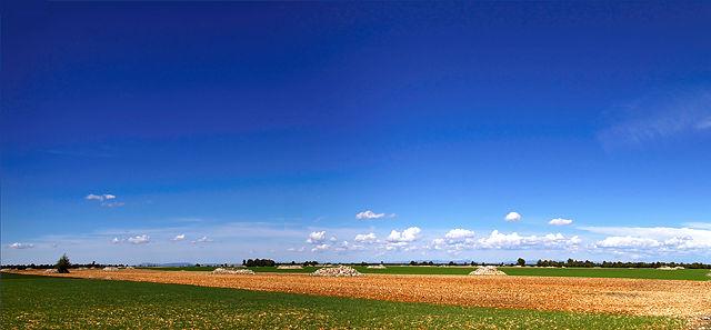 Hochebene, Getreidefelder, auch Steine wachsen hier zu Haufen . . .