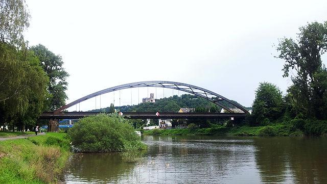 Burg Lahneck durch den Bogen der Eisenbahnbrücke