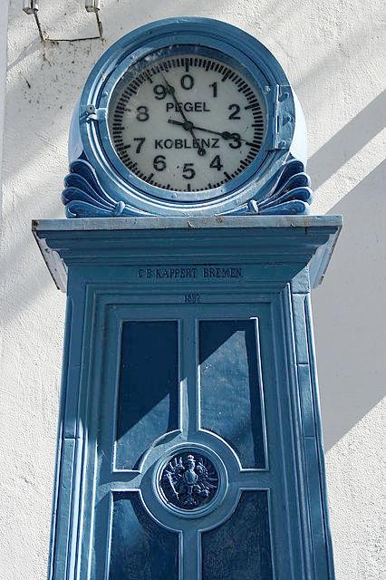 Der Pegel bei Koblenz ~ zeigt nicht die Uhrzeit, sondern den Wasserstand des Rheins
