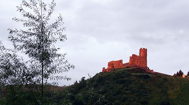Bernkastel-Kues ~ die Burg im letzten Abendlicht