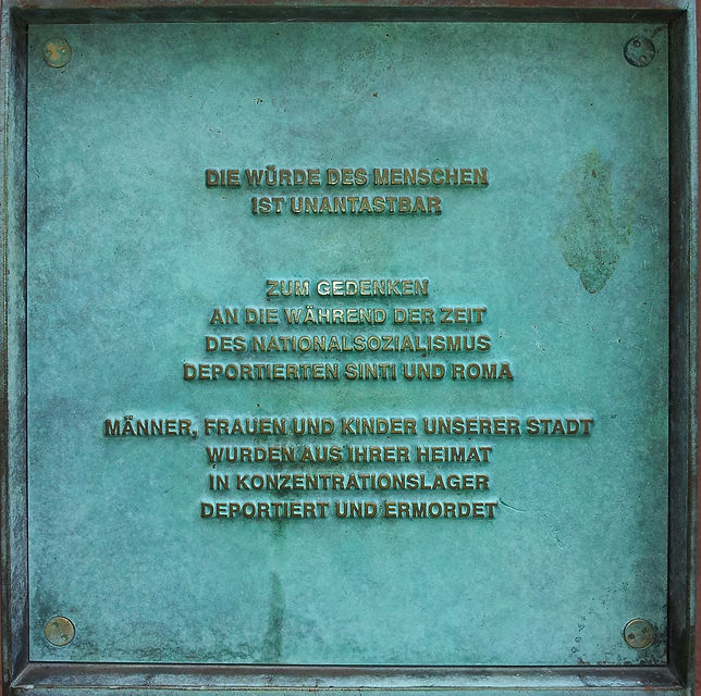 Plakette am Denkmal für die deportierten und umgebrachten Sinti und Roma in Trier
