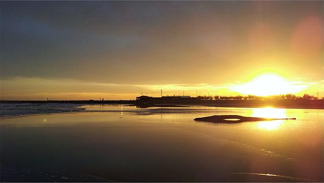 überspülter Strand bei Sonnenuntergang