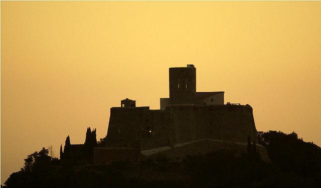 Fort St.-Elme im Morgenlicht, aus der Ferne mit dem Extremtele