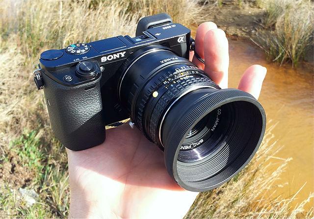 eine Handvoll Kamera ~ Sony αlpha 6000 mit Pentax smc 50mm f:1,7