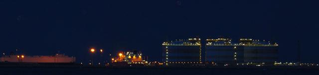 abends mit Beleuchtung ~ Raffinerie
