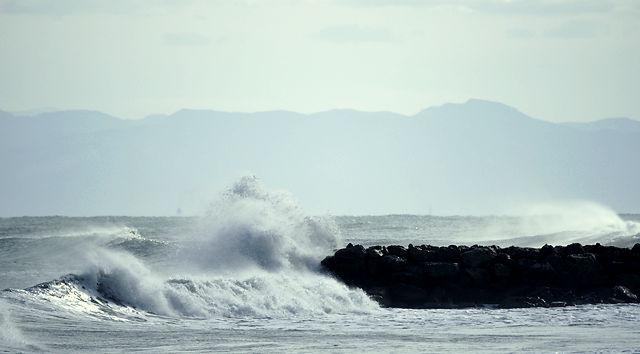 Dünung an Buhne ~ Wind vom Land reißt die Gischt hoch . . . I