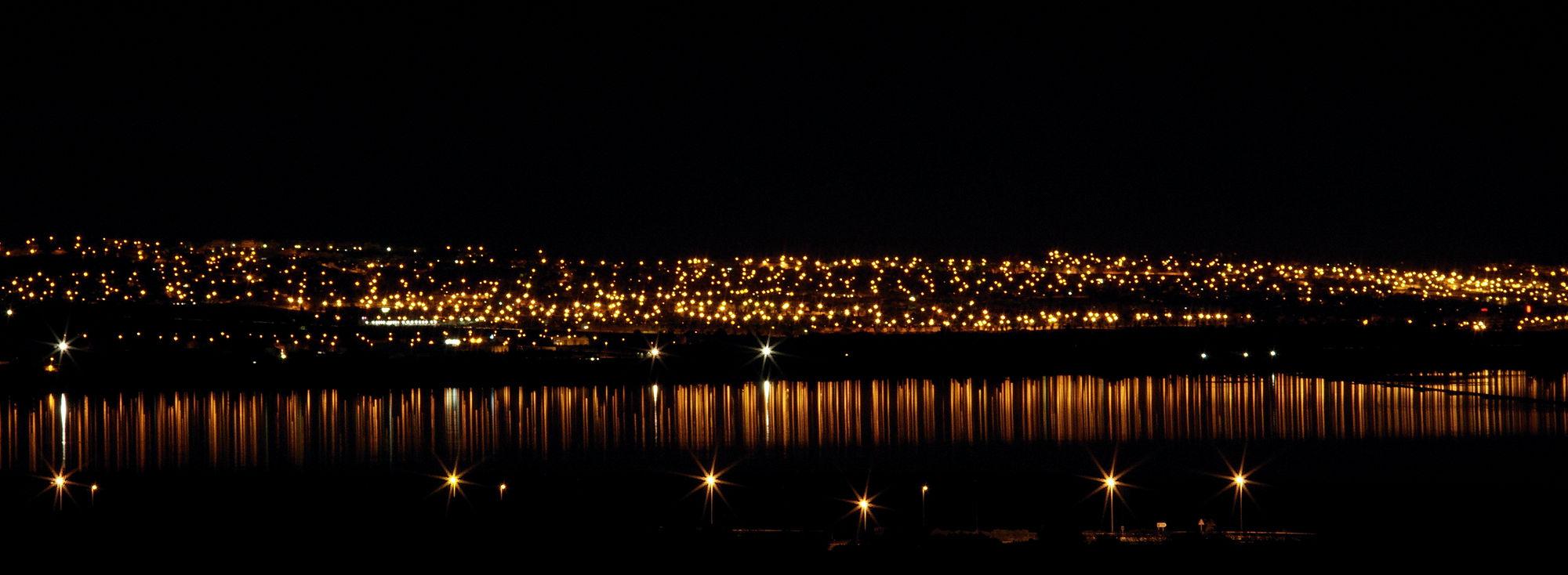 * Lichtermeer mit Spiegelung in der Lagune *