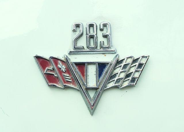 V8-Emblem ~ 283 Kubikinch entsprechen 4,628 cm³
