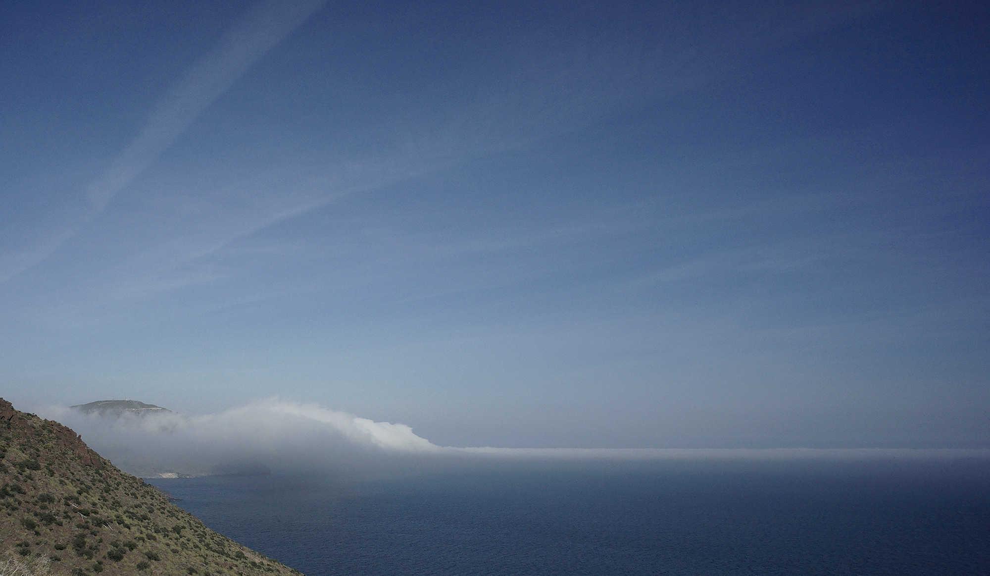 * eine außergewöhnliche Wetterlage ~ Nebel vom Meer klettert die Küste hinauf *