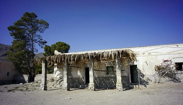 ein paar Palmwedel aufs Vordach, und wir sind in Ägypten ;)