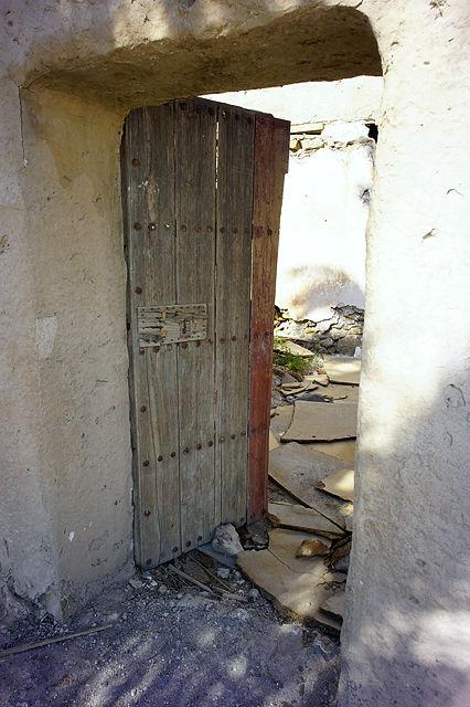 eine alte Tür . . . aber doch nicht ganz