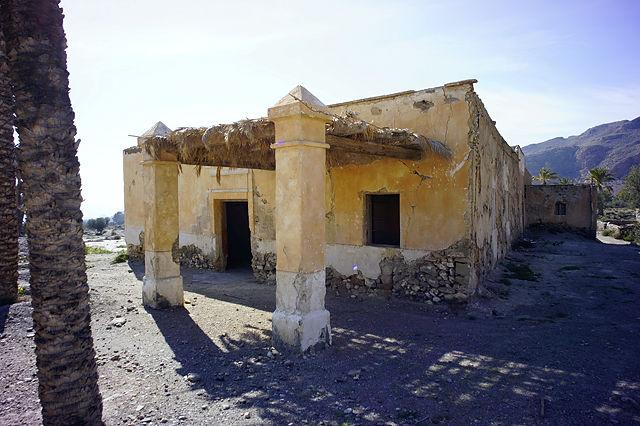 das Heim der Sandälchen mit putzigen Pyramiden auf den Säulen des Vordachs