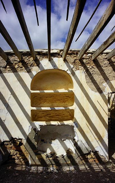 vom Dach werfen die alleine gebliebenen Balken Schatten