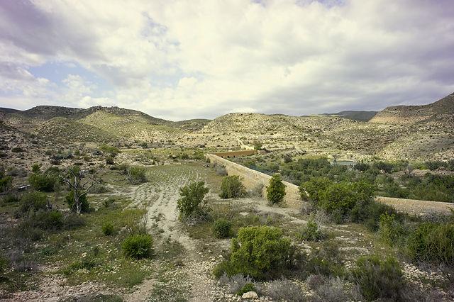 der Kanal schlängelt sich den Berg hinab ins Tal