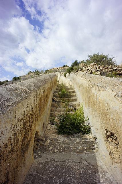 weiter talwärts, teils mit Treppen